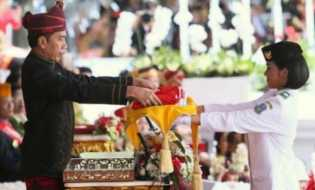 Saat Mengambil Bendera Pusaka Merah Putih, Ini Bisikan Jokowi Kepada Pembawa Baki