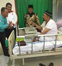 Bupati Inhil Jenguk Indra Muchlis Adnan Di RSUD Puri Husada Tembilahan