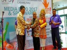 Bupati Bengkalis, Amril Terima Integrity Award Kepala Daerah Anti Hoax dari SPS Riau
