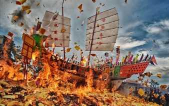 Ribuan Wisman Saksikan Ritual Bakar Tongkang