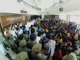 Duduki Kantor DPRD Inhil, Massa Aksi Lakukan Sidang Rakyat Dan Sampaikan 3 Tuntutan
