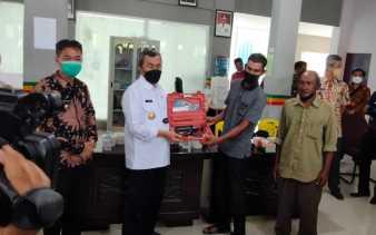 Bupati Rohil Dampingi Gubernur Riau Serahkan Bantuan 10 Unit Mesin Kapal Nelayan