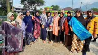 Dosen Kriya Seni ISI Padangpanjang Bekali IRT Silaing Atas dengan Keterampilan Batik