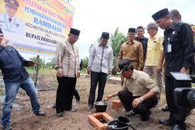 Bupati Inhil Lakukan Peletakan Batu Pertama Pembangunan Kantor Desa Rambaian, GAS