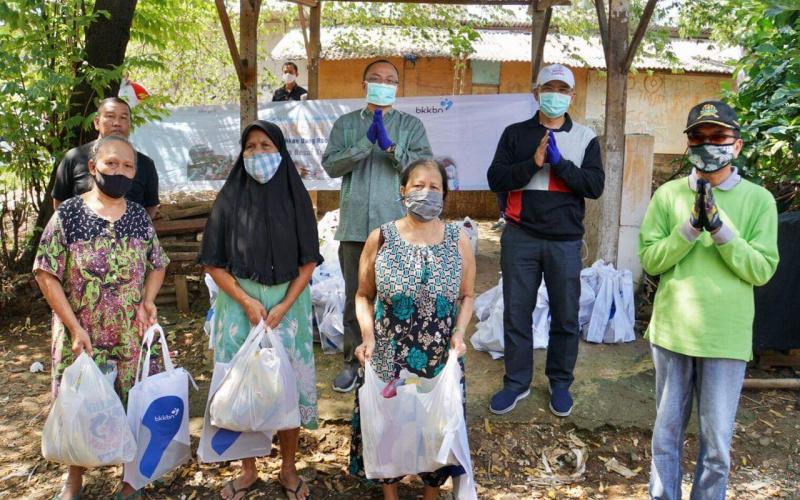 Deputi ADPIN BKKBN Ingatkan Kepesertaan KB Warga Saat Serahkan Bantuan Dampak Covid-19 di Depok