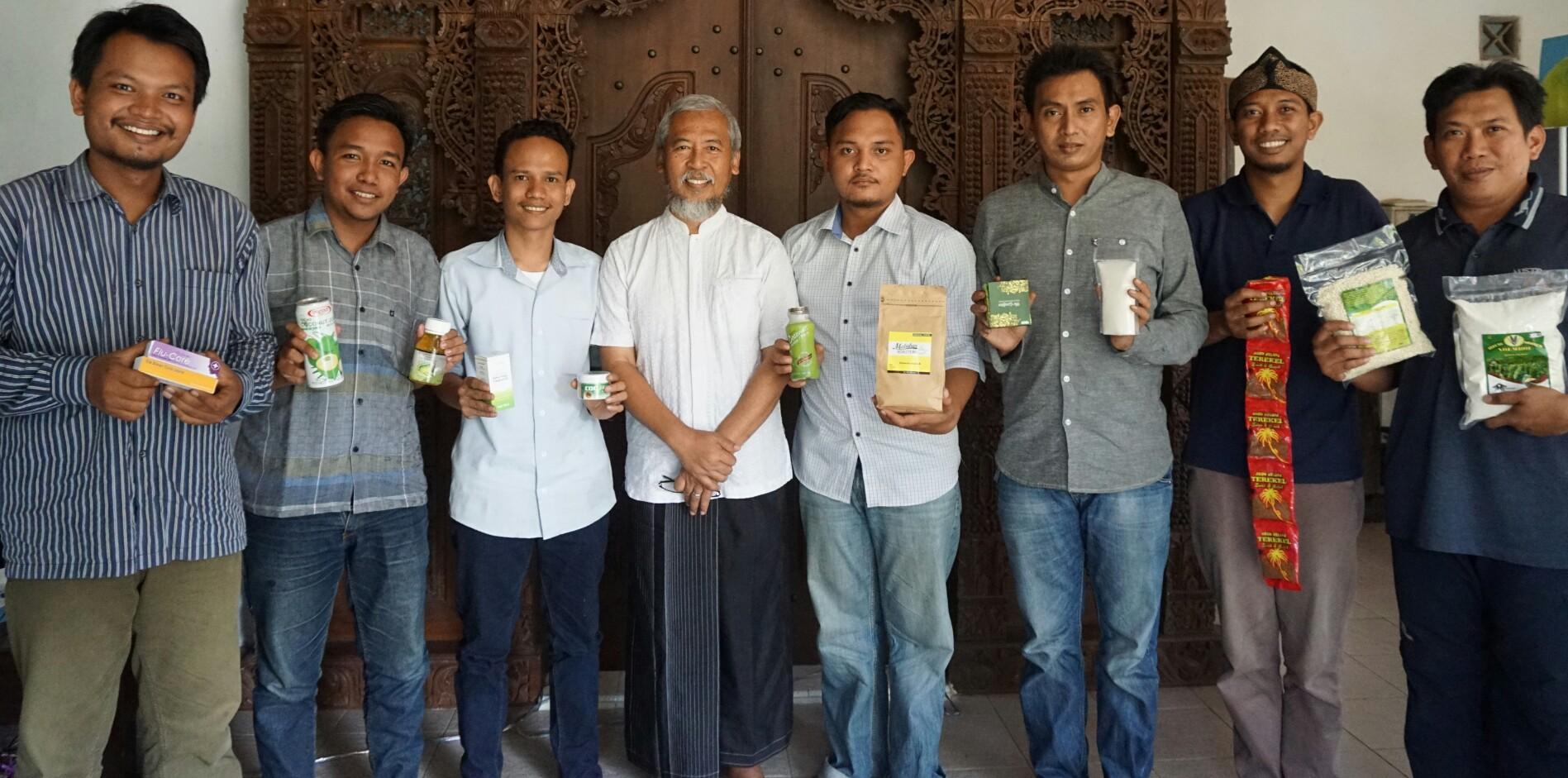 Bersama Pemuda Dan Mahasiswa Inhil, Profesor Wisnu Gardjito Komitmen Terjun Langsung Edukasi Petani Kelapa