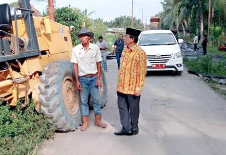 Ruas Jalan Tempuling - Tembilahan Rampung Sebelum Akhir Tahun, Bupati Wardan Apresiasi Kinerja Rekanan
