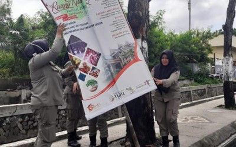 Satpol PP Pekanbaru Copot Paksa 40 Spanduk Kadaluwarsa