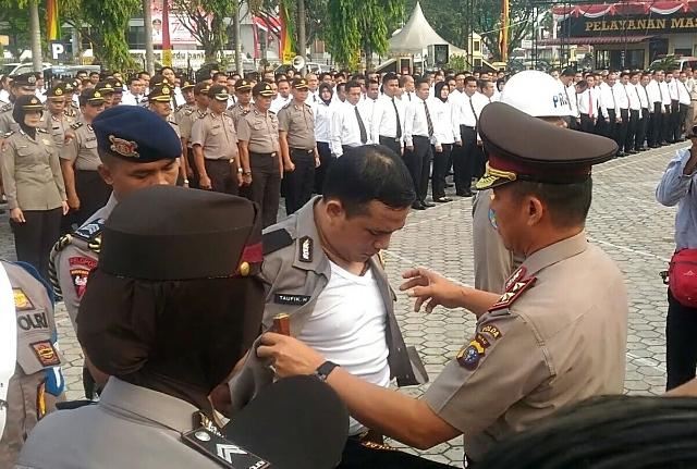Video : Polisi Menangis Dipecat dan Dicopot Seragamnya di Polda Riau