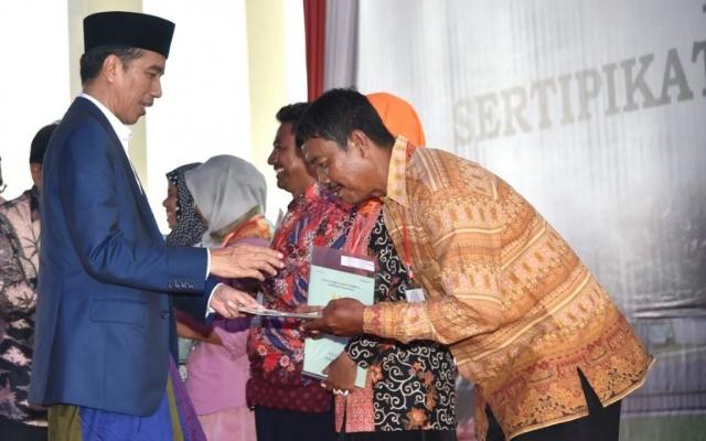 Jokowi Serahkan 3.000 Sertifikat Hak Atas Tanah di Cirebon