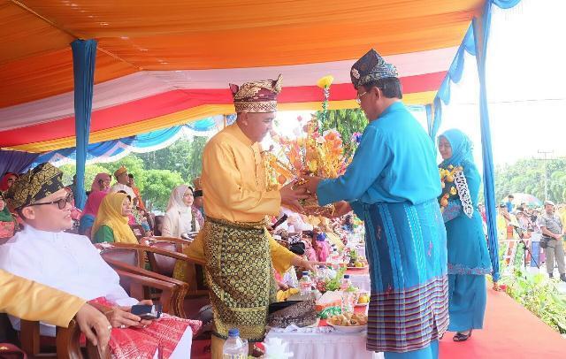 MTQ Ke-36 Riau, Bupati Inhil Ikuti Prosesi Pelepasan Pawai Ta'aruf